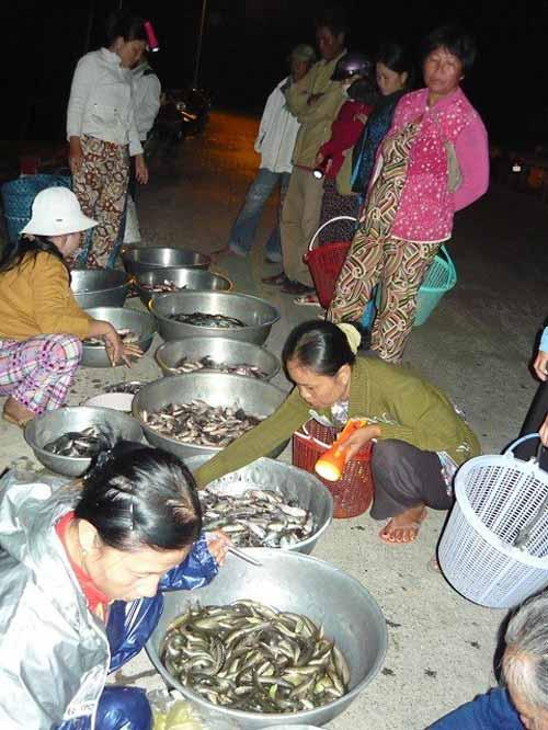 Những chợ 'âm phủ' đặc biệt ở Việt Nam - 4
