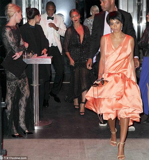 Hãng thời trang ăn theo vụ ẩu đả của nhà Beyonce - 2