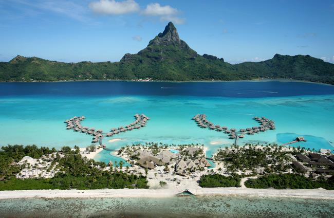 1. Bora Bora (Pháp)  Bora Bora là một hòn đảo thuộc quần đảo Polynésie (Pháp). Hòn đảo này nổi tiếng với những căn nhà gỗ độc đáo và đầm phá lớn. Các đầm phá màu lam ngọc này luôn phẳng lặng,  bao quanh là những dải san hô vô cùng đa dạng và phong phú.