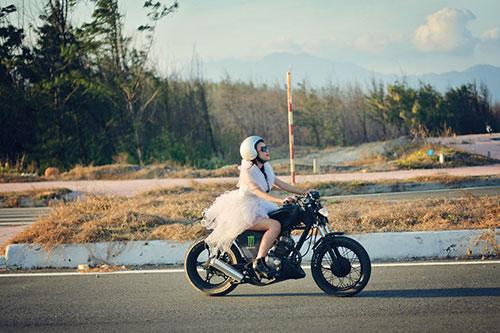 """Lan Trinh mặc váy cưới cưỡi mô-tô """"khủng"""" - 1"""