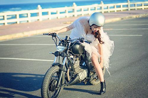 """Lan Trinh mặc váy cưới cưỡi mô-tô """"khủng"""" - 10"""