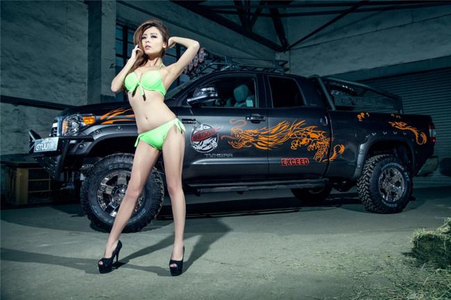 """Toyota in hình rồng đọ độ """"nóng"""" bên người đẹp - 10"""