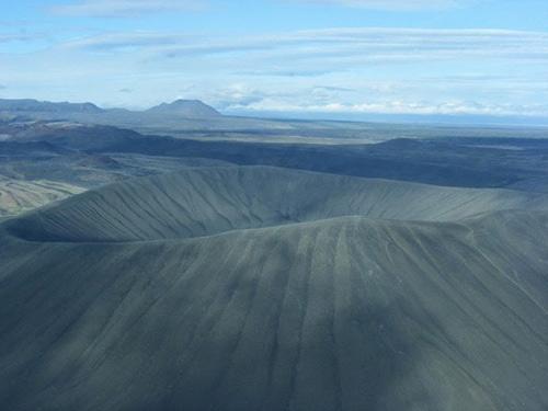 Những chiếc hố rỗng lạ lùng trong hồ cổ Iceland - 9