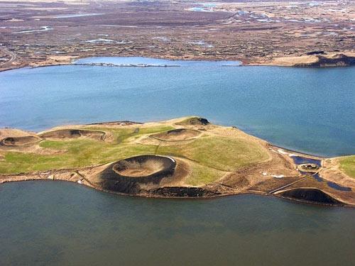 Những chiếc hố rỗng lạ lùng trong hồ cổ Iceland - 10