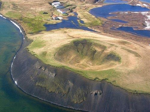 Những chiếc hố rỗng lạ lùng trong hồ cổ Iceland - 11