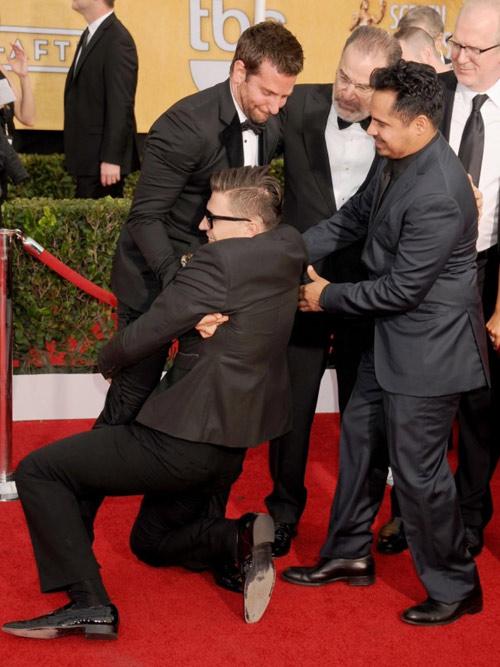 """""""Điêu đứng"""" với kẻ phá quấy thảm đỏ Cannes - 12"""