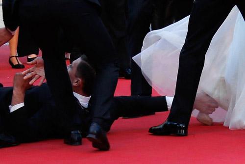 """""""Điêu đứng"""" với kẻ phá quấy thảm đỏ Cannes - 6"""