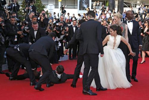 """""""Điêu đứng"""" với kẻ phá quấy thảm đỏ Cannes - 5"""