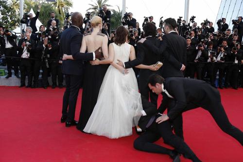 """""""Điêu đứng"""" với kẻ phá quấy thảm đỏ Cannes - 3"""