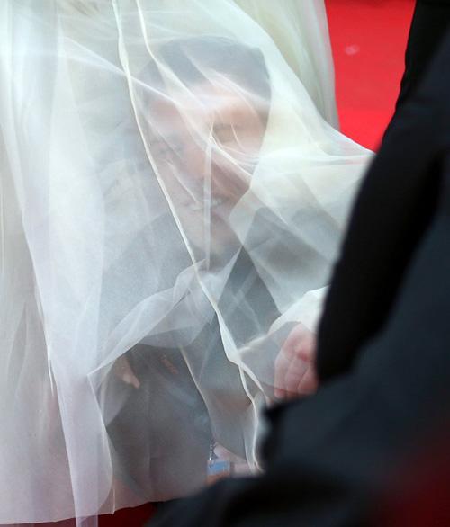 """""""Điêu đứng"""" với kẻ phá quấy thảm đỏ Cannes - 4"""