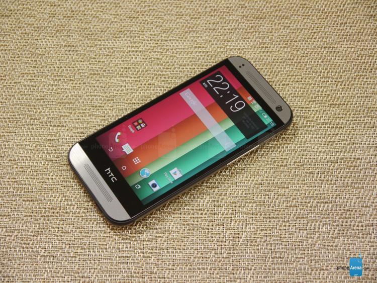 HTC One Mini 2 được trang bị màn hình 4,5 inch với độ phân giải HD (720 pixel), mật độ điểm ảnh đạt 326 ppi.