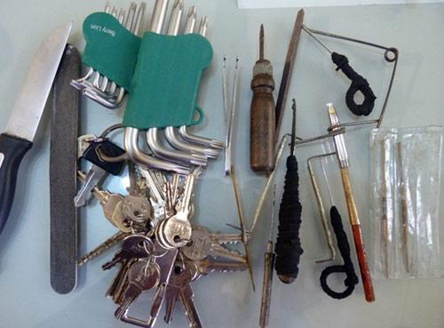 Cặp tình nhân chuyên đeo khẩu trang, găng tay đi trộm - 1