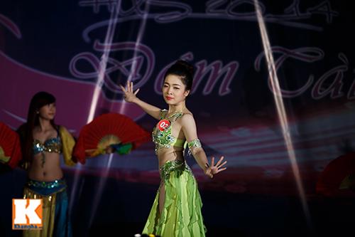 Nữ sinh ĐH Tự nhiên múa bụng quyến rũ cùng… trăn - 6