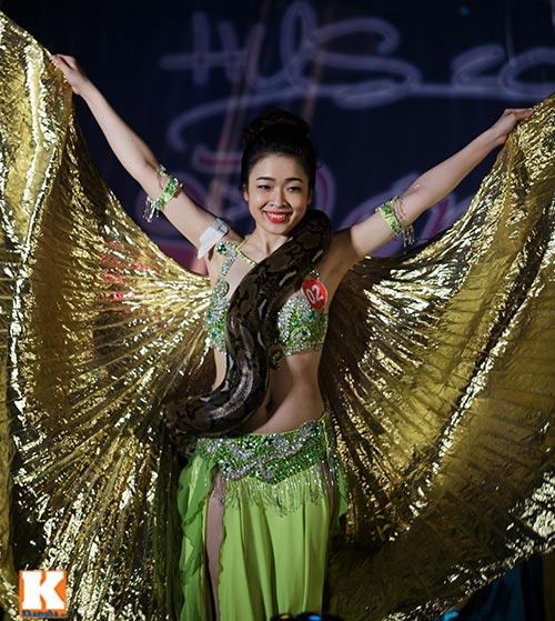 Nữ sinh ĐH Tự nhiên múa bụng quyến rũ cùng… trăn - 8