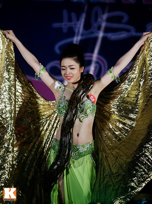Nữ sinh ĐH Tự nhiên múa bụng quyến rũ cùng… trăn - 10