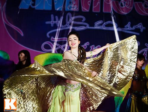 Nữ sinh ĐH Tự nhiên múa bụng quyến rũ cùng… trăn - 12