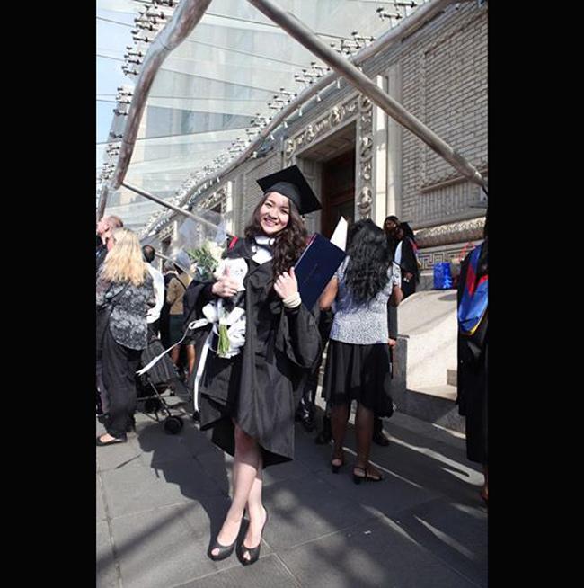 Mới đây Thủy Top đã nhận được bằng xuất sắc tại trường St.Francis College (New York, Mỹ). Nữ ca sỹ người Việt là một trong những gương mặt xuất sắc của khóa tốt nghiệp.