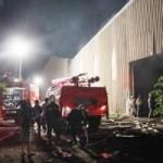 Tin tức trong ngày - Cháy xưởng gỗ, dân múc nước từ ao cá dập lửa