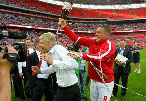 Arsenal giải cơn khát danh hiệu, Wenger tắm sâm-panh - 7