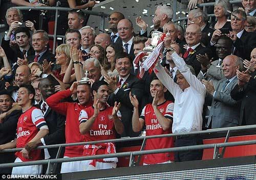 Arsenal giải cơn khát danh hiệu, Wenger tắm sâm-panh - 8