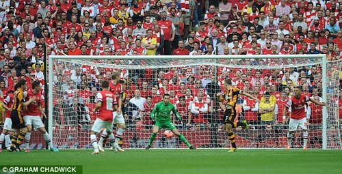Arsenal giải cơn khát danh hiệu, Wenger tắm sâm-panh - 1