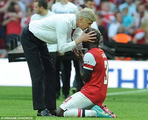 Arsenal giải cơn khát danh hiệu, Wenger tắm sâm-panh - 6
