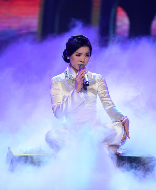 """Hồng Nhung quyến rũ với áo yếm trên """"ghế nóng"""" - 6"""