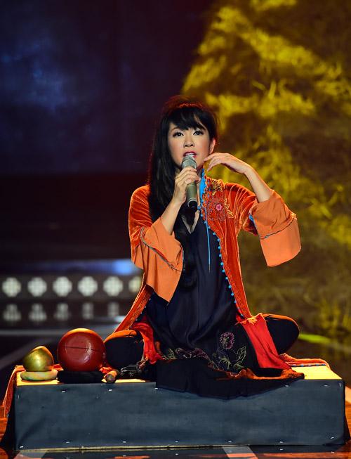 """Hồng Nhung quyến rũ với áo yếm trên """"ghế nóng"""" - 3"""