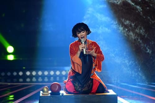 """Hồng Nhung quyến rũ với áo yếm trên """"ghế nóng"""" - 4"""