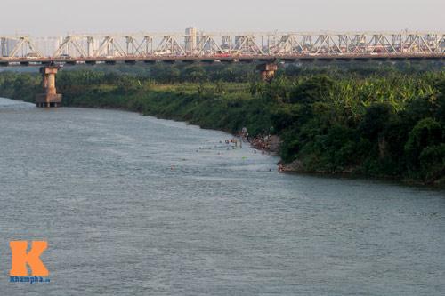 Chùm ảnh: Người Hà Nội tắm sông, hồ giải nhiệt - 1