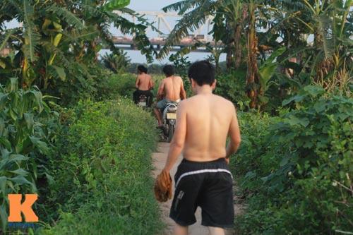Chùm ảnh: Người Hà Nội tắm sông, hồ giải nhiệt - 2