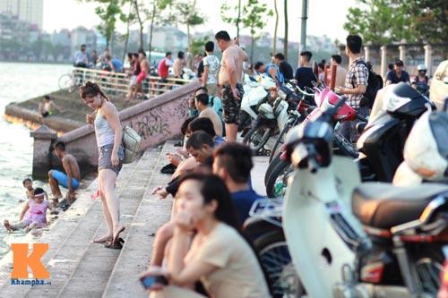 Chùm ảnh: Người Hà Nội tắm sông, hồ giải nhiệt - 6
