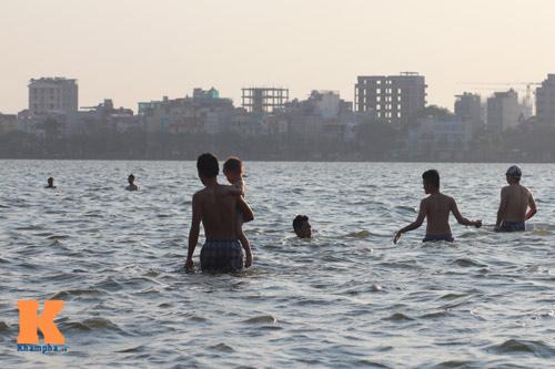 Chùm ảnh: Người Hà Nội tắm sông, hồ giải nhiệt - 7