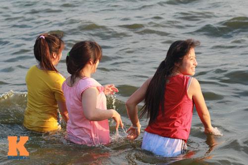 Chùm ảnh: Người Hà Nội tắm sông, hồ giải nhiệt - 12