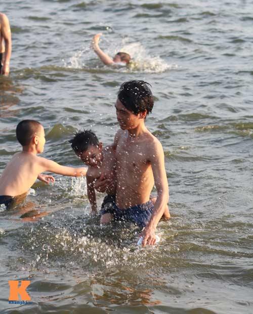 Chùm ảnh: Người Hà Nội tắm sông, hồ giải nhiệt - 11