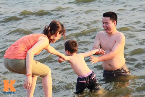 Chùm ảnh: Người Hà Nội tắm sông, hồ giải nhiệt - 14