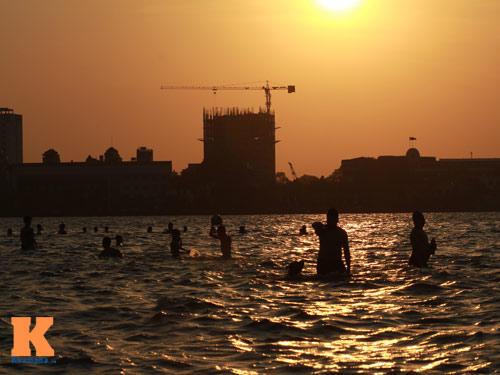 Chùm ảnh: Người Hà Nội tắm sông, hồ giải nhiệt - 17