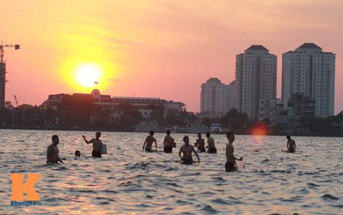 Chùm ảnh: Người Hà Nội tắm sông, hồ giải nhiệt - 15