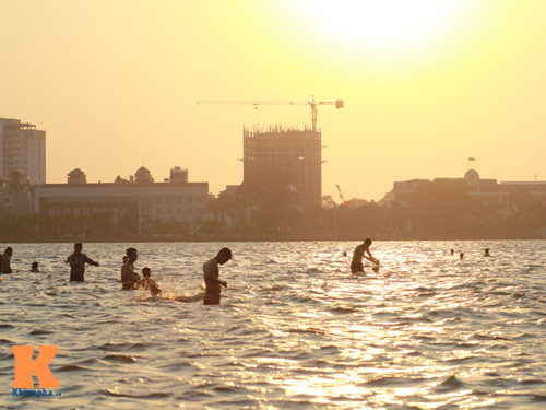 Chùm ảnh: Người Hà Nội tắm sông, hồ giải nhiệt - 16
