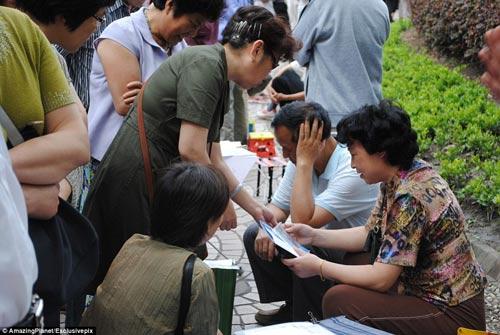 Trung Quốc: Phụ huynh xếp hàng tìm vợ, chồng cho con - 5