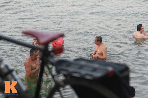 Chùm ảnh: Người Hà Nội tắm sông, hồ giải nhiệt - 4