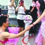 Phi thường - kỳ quặc - Mặc bikini, đi bộ 2km đến cầu hôn bạn gái