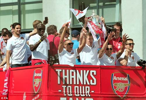 Arsenal tưng bừng mang cúp tri ân CĐV - 2