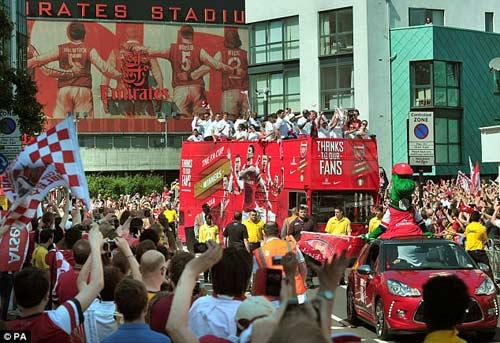 Arsenal tưng bừng mang cúp tri ân CĐV - 3