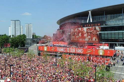 Arsenal tưng bừng mang cúp tri ân CĐV - 8