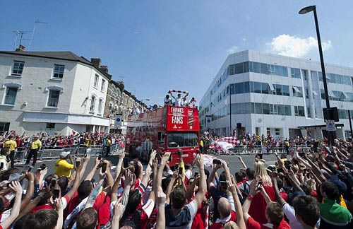 Arsenal tưng bừng mang cúp tri ân CĐV - 9