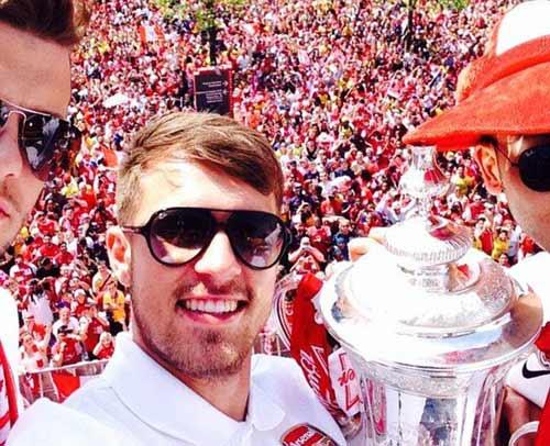 Arsenal tưng bừng mang cúp tri ân CĐV - 10