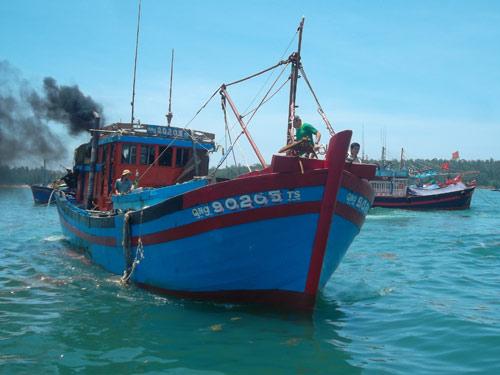 Kiểm ngư TQ cướp của, đánh đập tàn bạo ngư dân VN - 2
