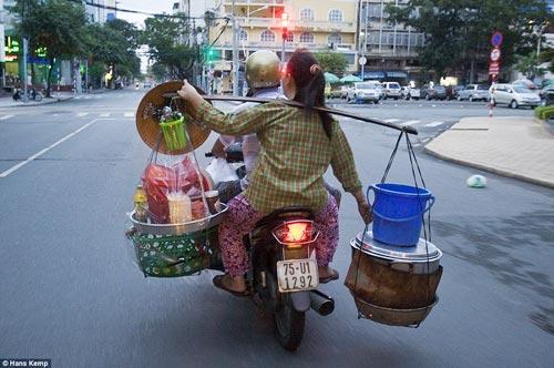 """Nhiếp ảnh gia """"Tây"""" ngỡ ngàng với xe máy ở Việt Nam - 10"""