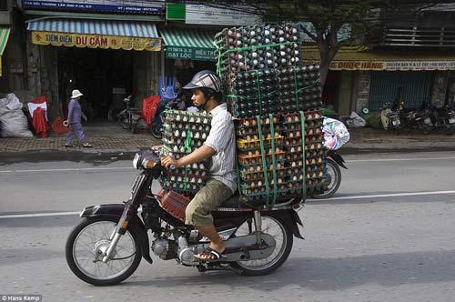 """Nhiếp ảnh gia """"Tây"""" ngỡ ngàng với xe máy ở Việt Nam - 2"""